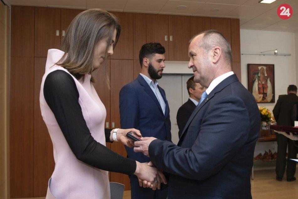 P. Vlhová si z rúk ministra obrany P. Gajdoša prevzala pamätnú zlatú medailu