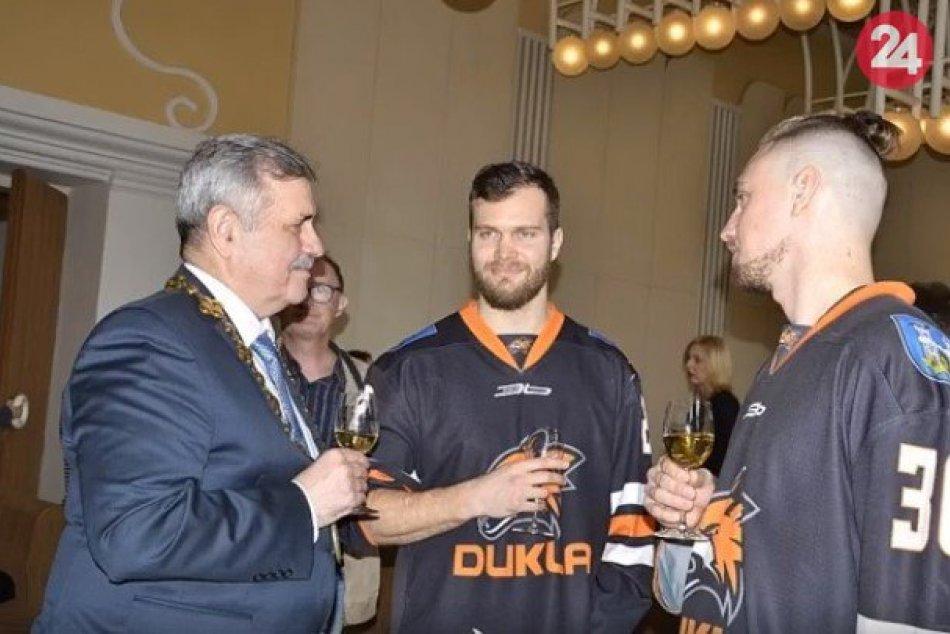 FOTO: Michalovských hokejistov prijal primátor a potom sa stretli s fanúšikmi
