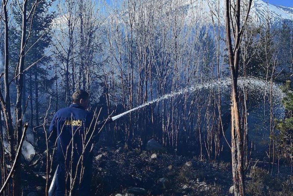 V Tatranských Zruboch horí les: Na mieste zasahujú desiatky hasičov