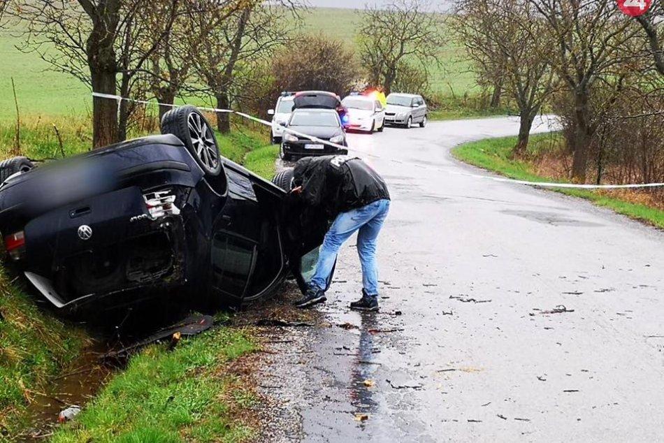 Nehoda pri Rimavskej Sobote: Hasiči spod auta vytiahli osobu bez známok života