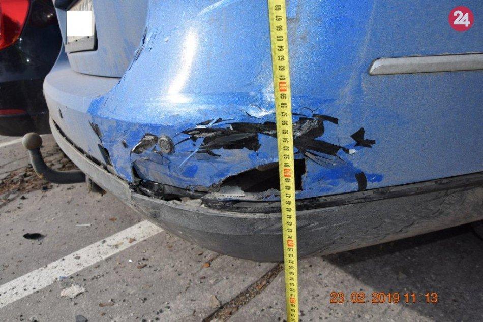 Incident na parkovisku Bajzovej ulice, kde vrazil vodič do áut, ktoré poškodil