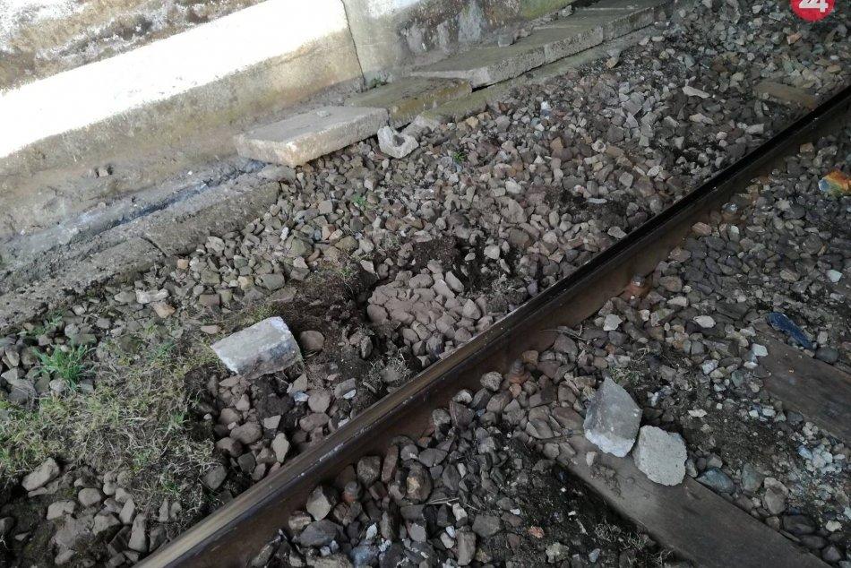 FOTO z miesta: V koľajisku ležali kusy betónu