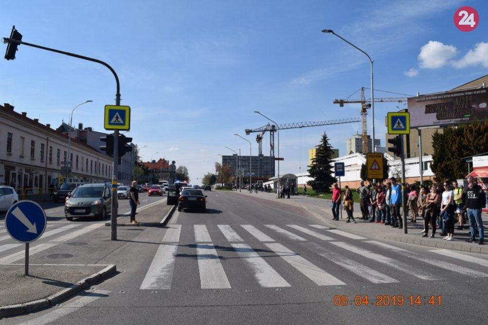V Nitre zrazilo auto chodca: Po náraze na čelné sklo sa z miesta vyparil, FOTO