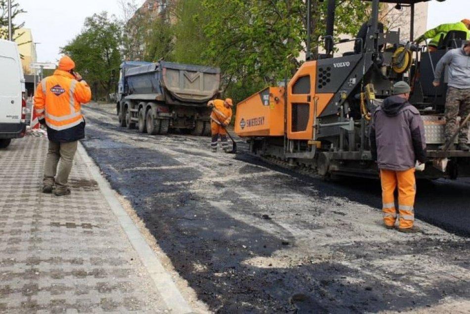 Oprava Hornej ulice v Šali pokračuje: Radnica opravuje i výtlky, FOTO