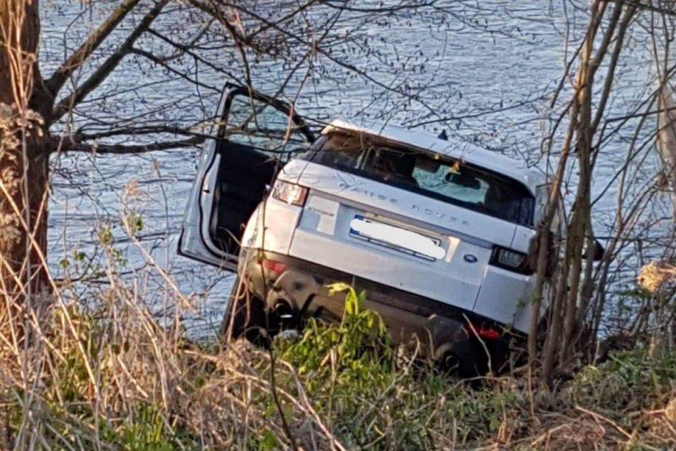 FOTO: V rieke Hron v Žiari nad Hronom našli v havarované vozidlo bez vodiča