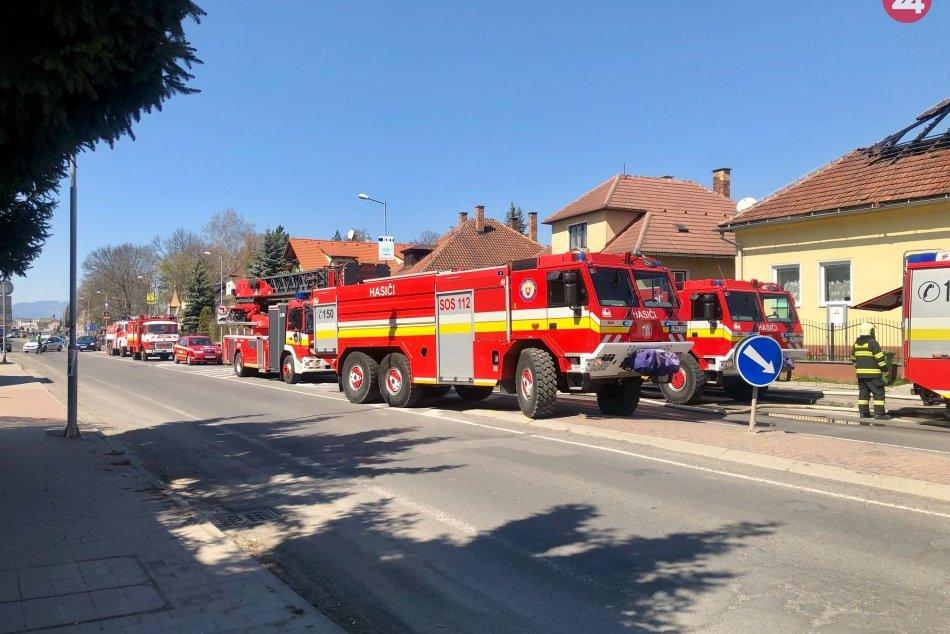 FOTO: Zásah hasičov pri požiari rodinného domu v Mikuláši
