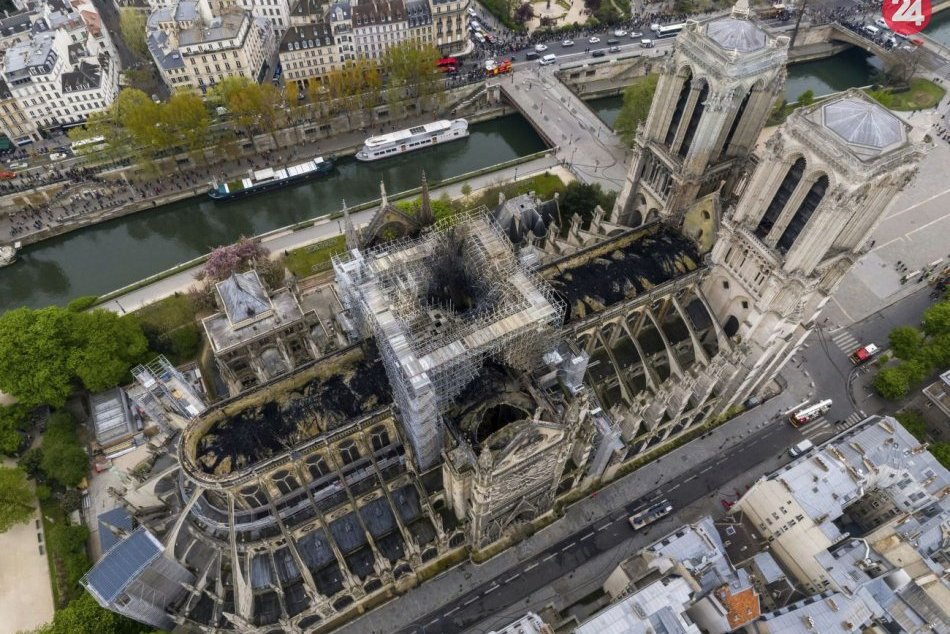 Nad Notre-Dame sa preletel dron: Nasnímal zničenú strechu