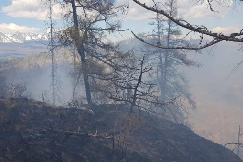 FOTO z požiaru v Kravanoch: Hasiči bojujú s ohňom v ťažkom teréne