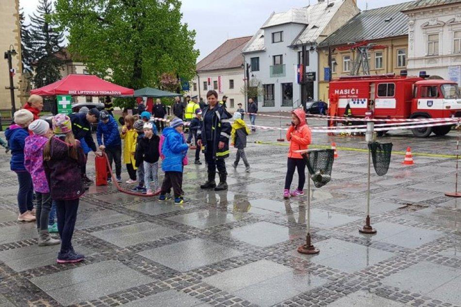 FOTO: Detská akcia s hasičmi na mikulášskom námestí