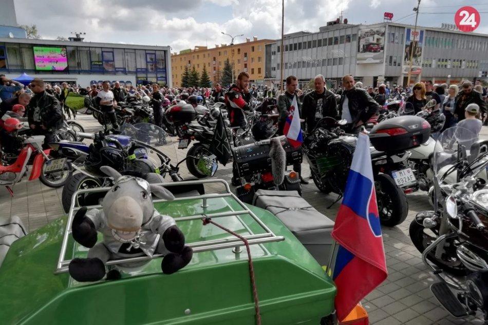 Námestie slobody v Humennom obsadili motorkári: Pozrite si to na fotkách