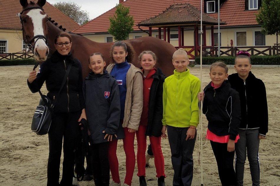 Trnovecké voltižérky vycestovali do Česka: Zobrali aj tvrdohlavého Constantina