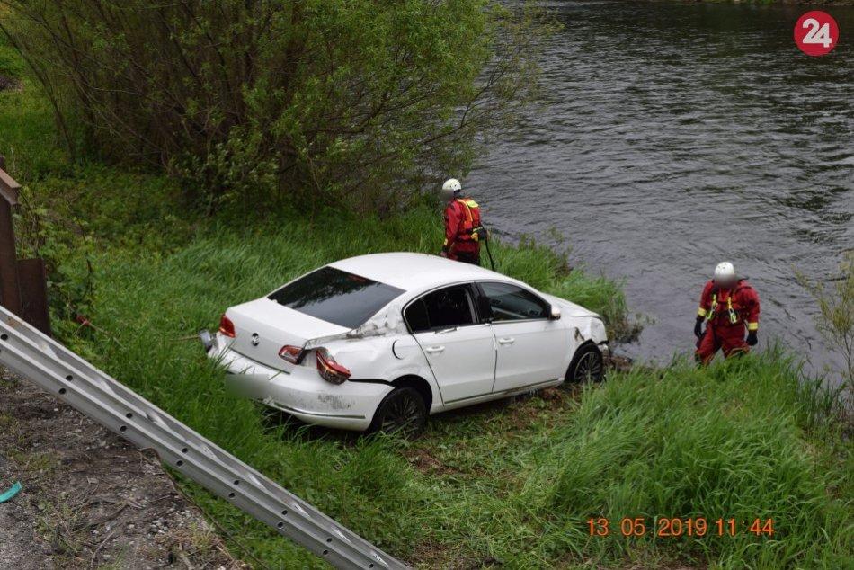 FOTO: Auto so štyrmi ľuďmi skončilo vo Váhu