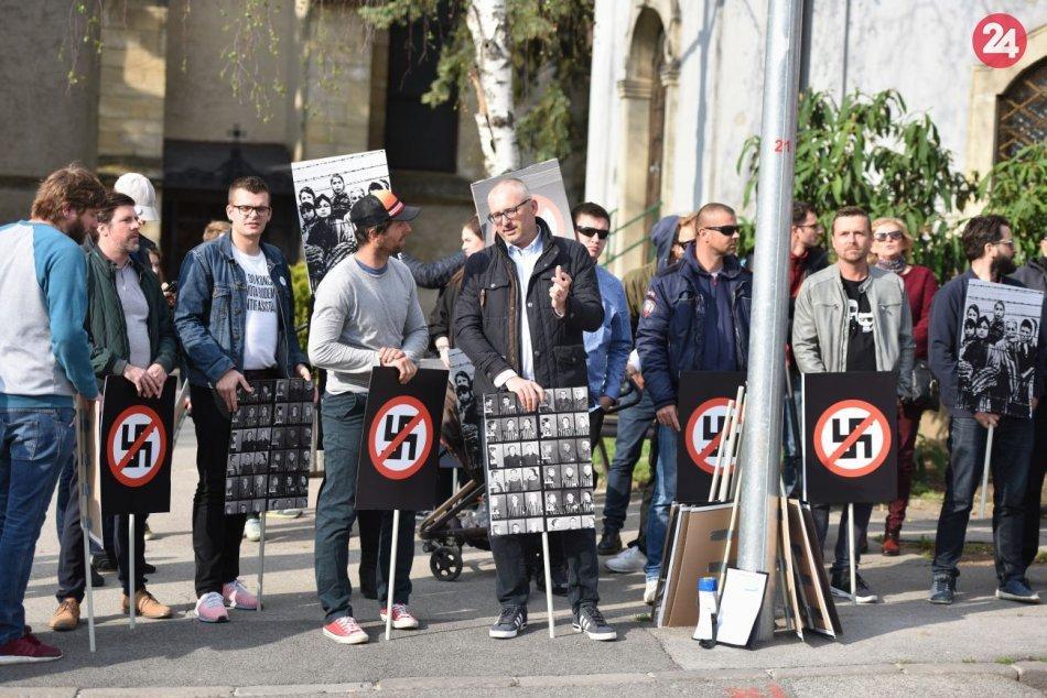 Dva protesty v jednom čase na námestí sa obišli bez incidentu