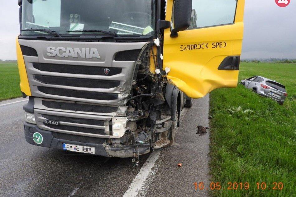 Nehoda pri Trnave: Kamión dostal šmyk, ďalšie dve autá skončili mimo cesty
