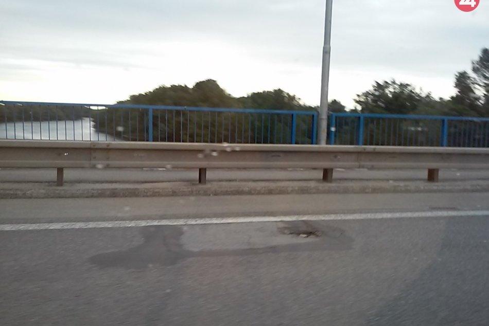 Šaliansky most zase zdobia výtlky: Hromžia vodiči aj radnica, FOTO