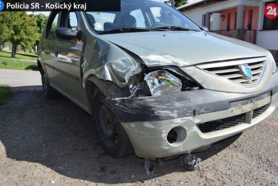 FOTO: Osobné auto narazilo do odstaveného obytného karavanu