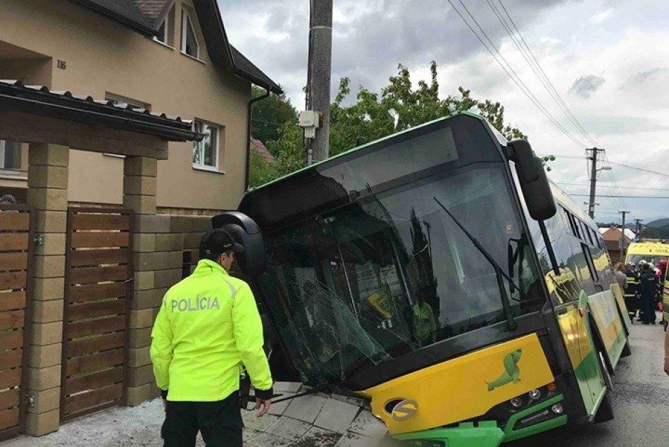 FOTO: Nehoda autobusu v mestkej časti Zádubnie