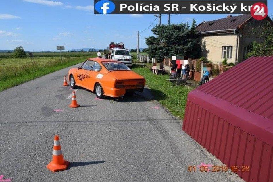 Policajné zábery z miesta: Auto vrazilo do autobusovej zastávky