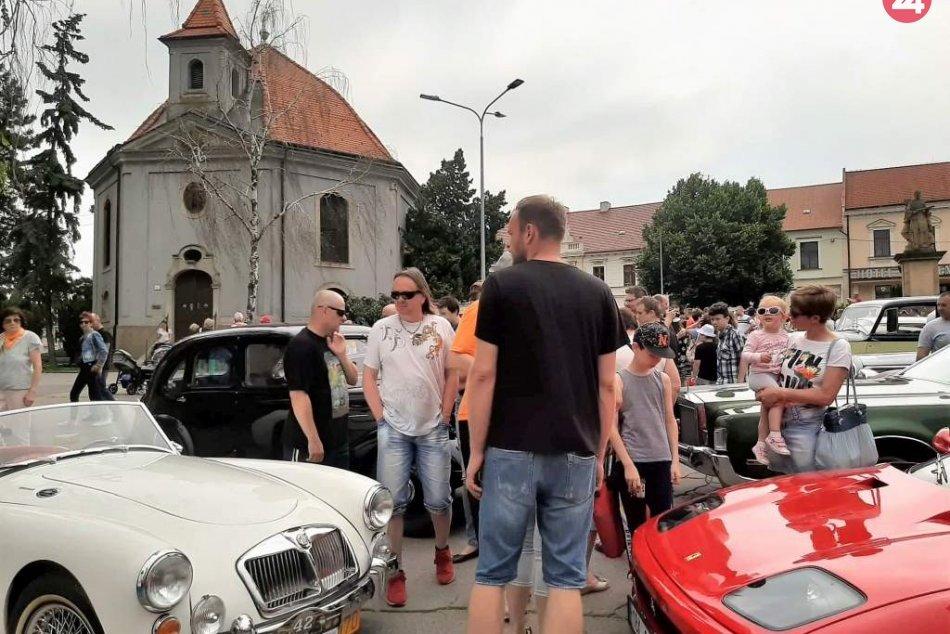 Námestie ovládli veterány: Desiatky naleštených starých áut zavítali do Hlohovca