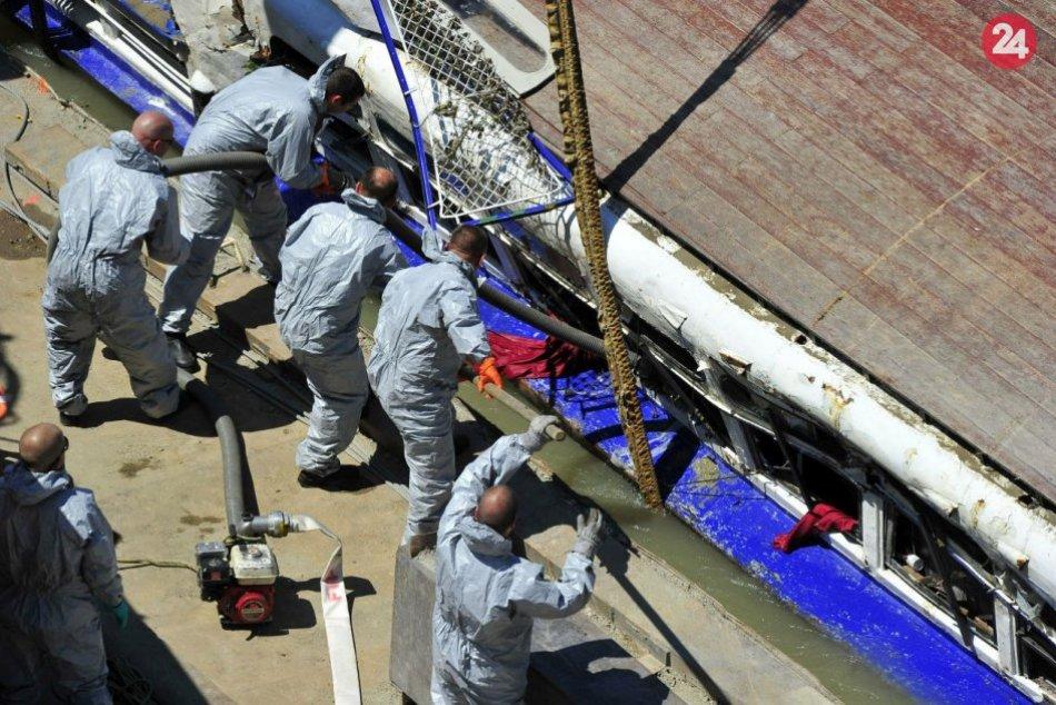 Záchranári vyzdvihli z Dunaja vrak potopenej vyhliadkovej lode