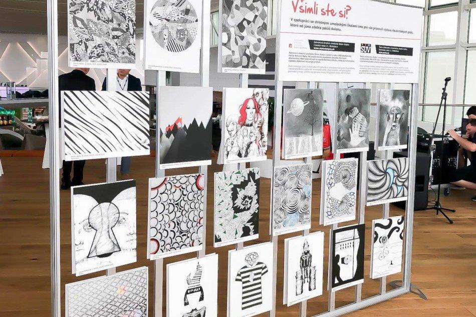 Steny nad obchodmi v Avione zdobia umelecké grafiky študentov stredných umelecký