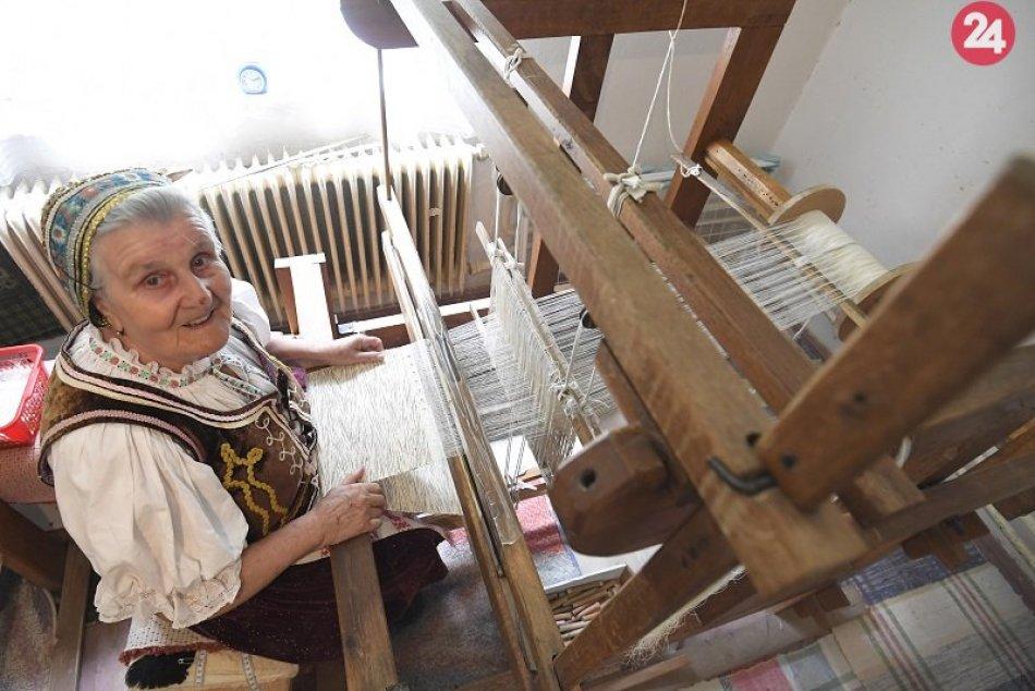 V Kostoľanoch nad Hornádom aktívne tká 82-ročná Mária Tomisová