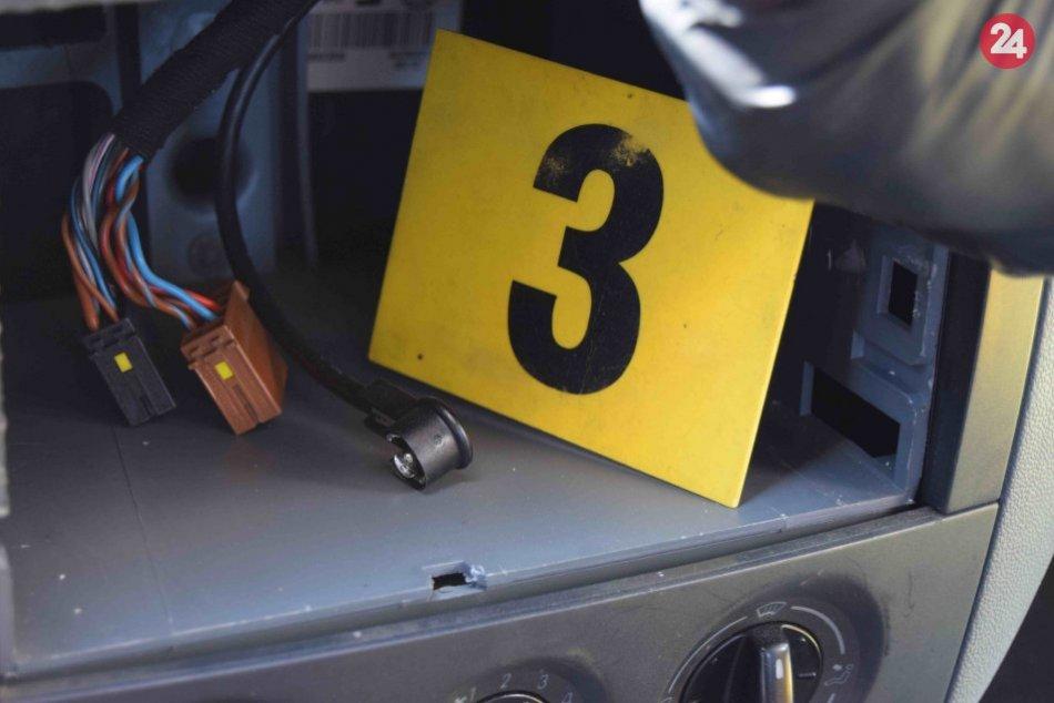 V OBRAZOCH: Zlodej sa v Bystrici vlámal do zaparkovaného auta