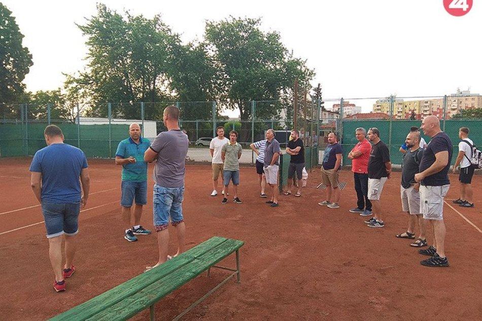 Poslanci a primátor si obhliadli tenisový areál na Čerešňovej ulici