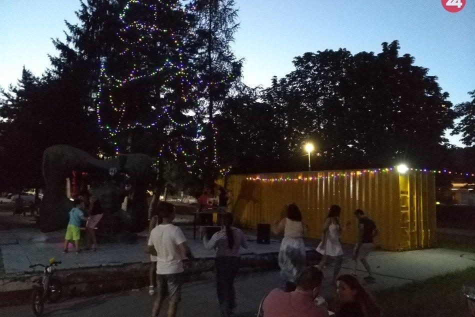 Vianočný stromček v Považskej Bystrici v lete: Takto dotvára kulisu