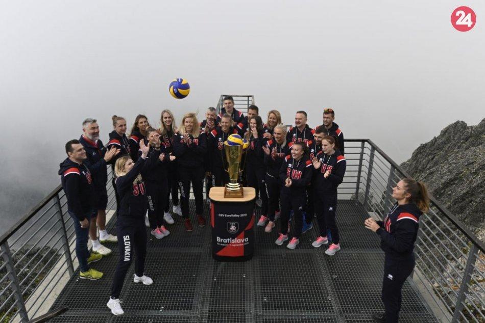 Volejbalistky vyniesli na Lomnický štít cennú trofej