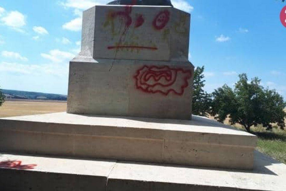 Bronzový lev po útoku vandalov