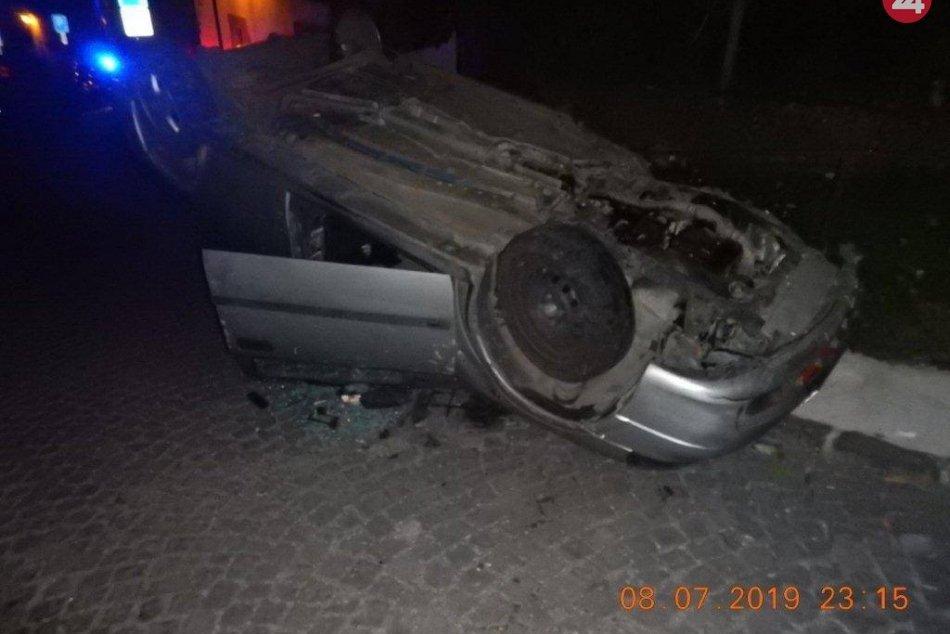 FOTO: Mladý vodič skončil s autom na streche