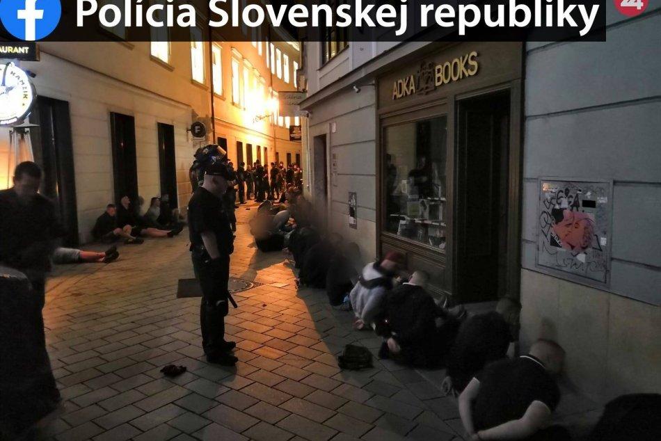 Zásah polície na Ventúrskej ulici proti vyčíňajúcim futbalovým fanúšikom