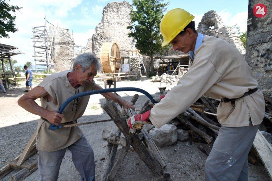 OBRAZOM: Pri obnove Vinianskeho hradu používajú i dobový šliapací žeriav