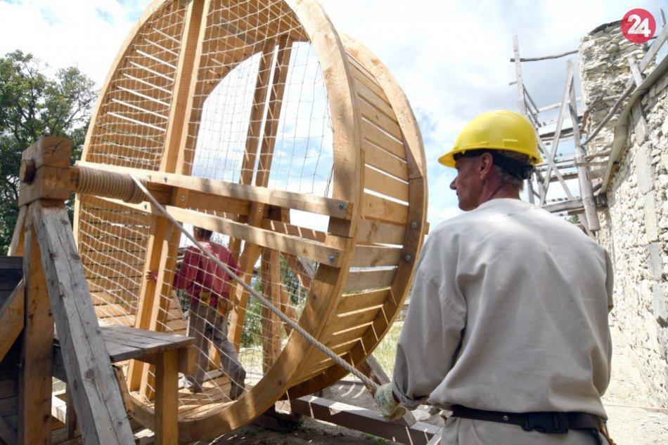 OBRAZOM: Pri obnove Vinianskeho hradu používajú dobový šliapací žeriav