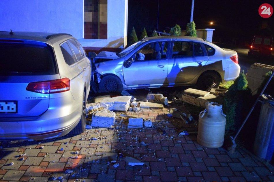 Hrozivo vyzerajúca nehoda: V Ľuboticiach narazilo auto do oplotenia