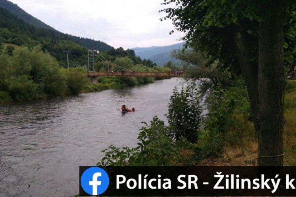 Kuriózny zásah hasičov na Liptove: Auto zišlo z cesty rovno do Váhu