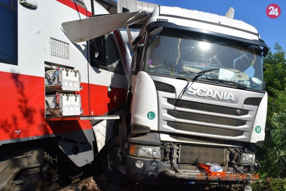 V Krškanoch sa vykoľajil vlak s 236 cestujúcimi: Zrazil sa s kamiónom, FOTO