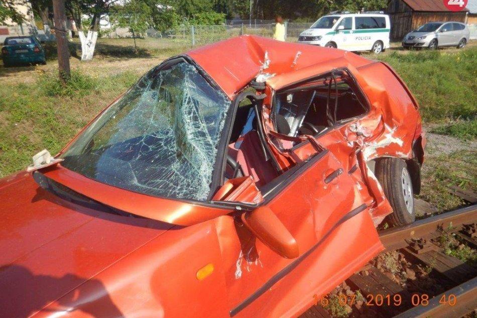 V OBRAZOCH: Pri rannej zrážke auta s vlakom sa ťažko zranila žena