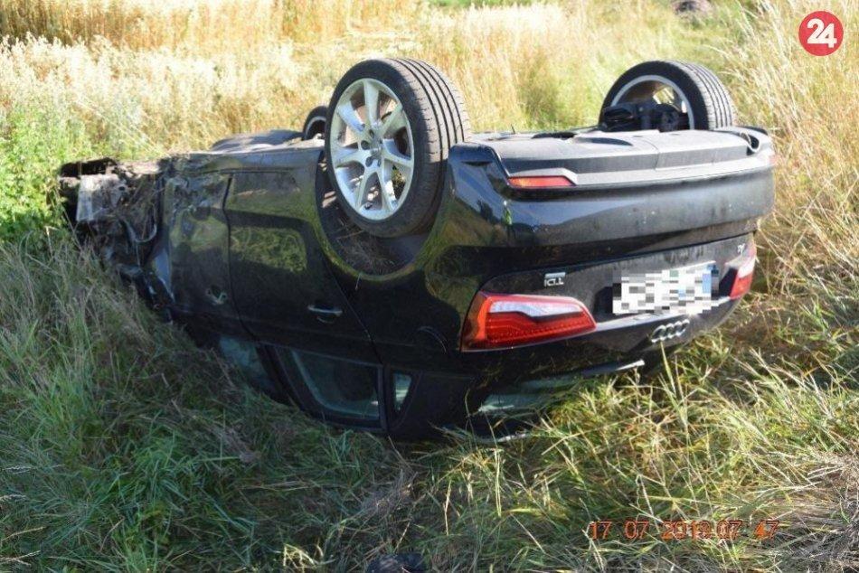V OBRAZOCH: Mladý vodič skončil po zrážke v protismere na streche