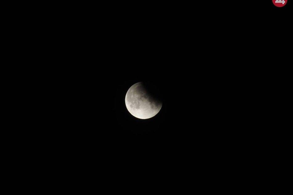 Hvezdáreň v Nitre praskala vo švíkoch: Zraky pútalo čiastočné zatmenie Mesiaca,
