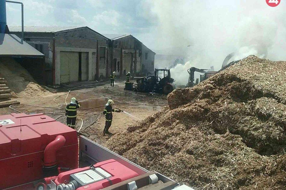 FOTO: Požiar traktora na hospodárskom dvore v obci Kostolná Ves