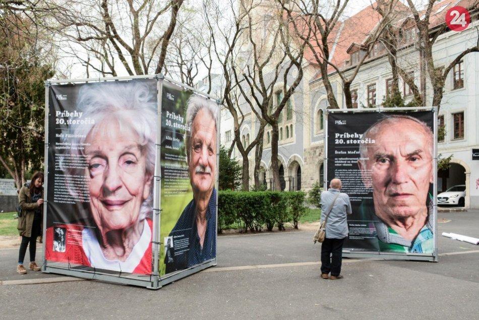 Mrazivá výstava na Hlavnej ulici: Predstavuje príbehy obetí totalitných režimov