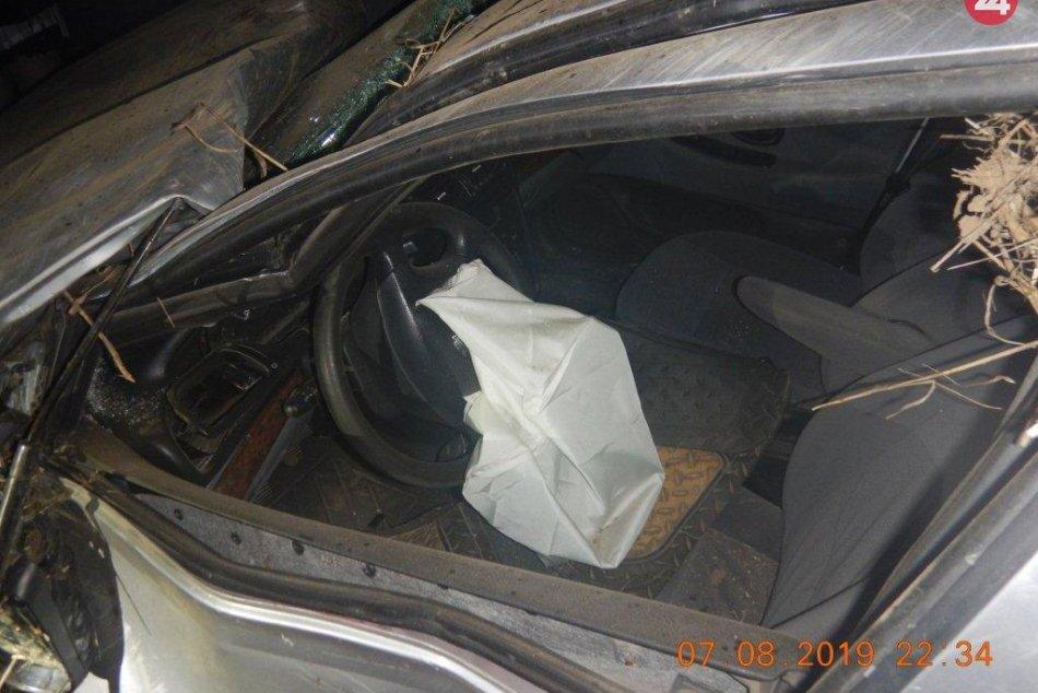 Vážna nehoda: Zranenému psovi sa vyhýbalo auto, vodič Miro (38) je ťažko zranený