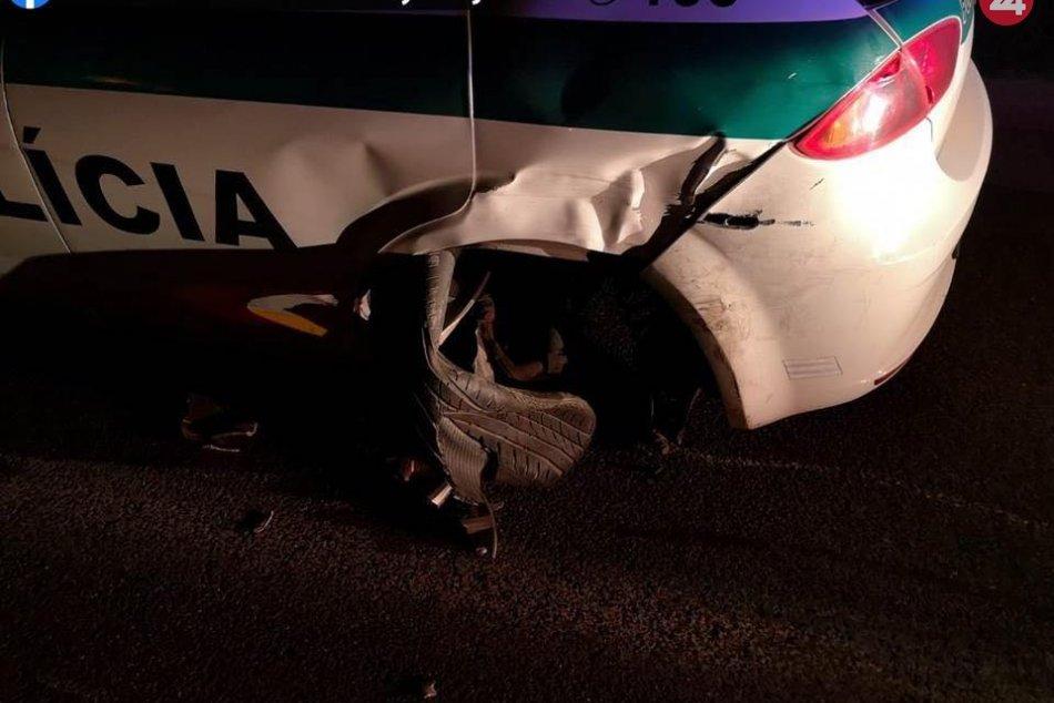 Opitý vodič narazil do policajného auta