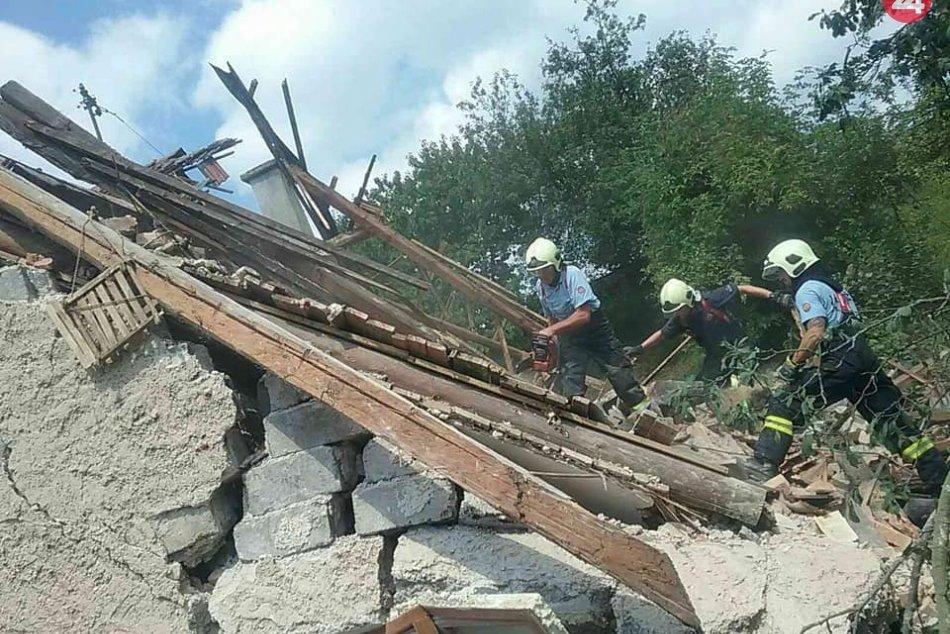 V Medzibrode sa zrútila časť rodinného domu: Hasiči prehľadávajú sutiny, FOTO