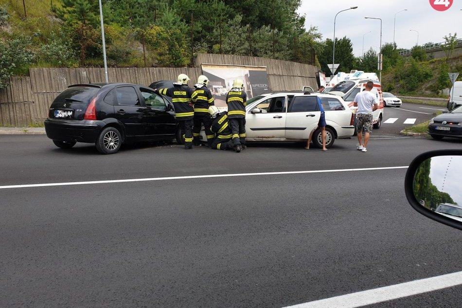 V OBRAZOCH: Zábery z nehody na Tajovského ulici. Hasiči hlásia 3 zranených
