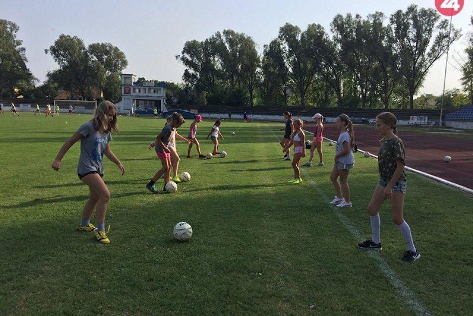 Juniorky a hráčky prípravky FC Union Nové Zámky na tréningu