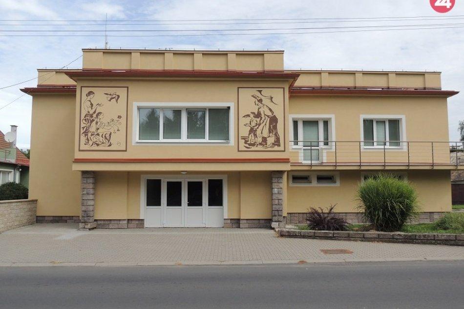 Vynovený úrad zdobia reliéfy z 50. rokov