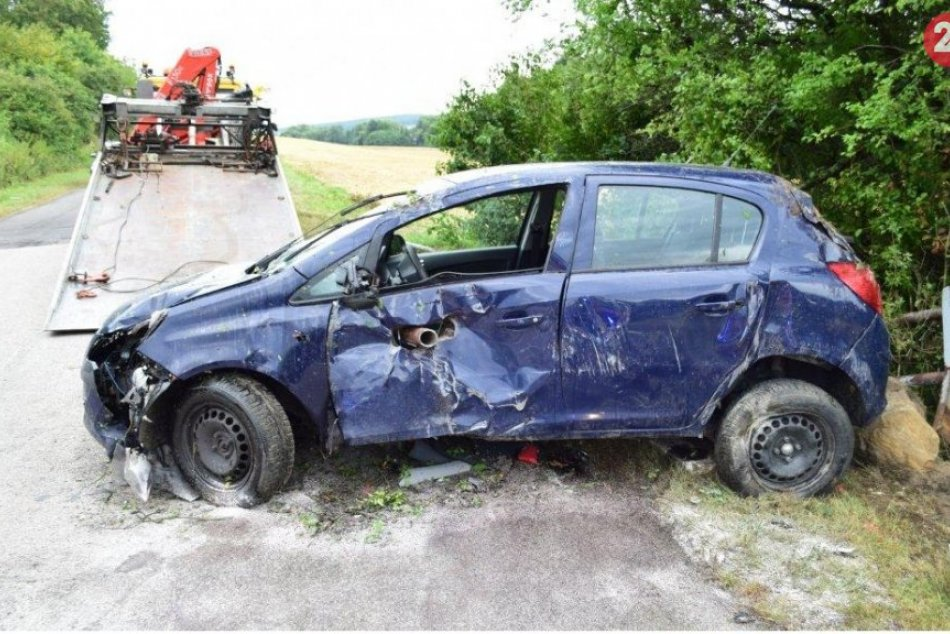 Nehoda v okrese Trenčín: Vodiča ajeho spolujazdkyňu takmer prepichla kovová tyč
